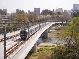 17駅の右側を進むと、走っている地下鉄車両を見ることができる
