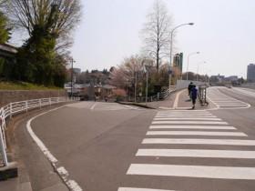 18「仲の瀬橋」からの道路を渡り左手の坂を下る