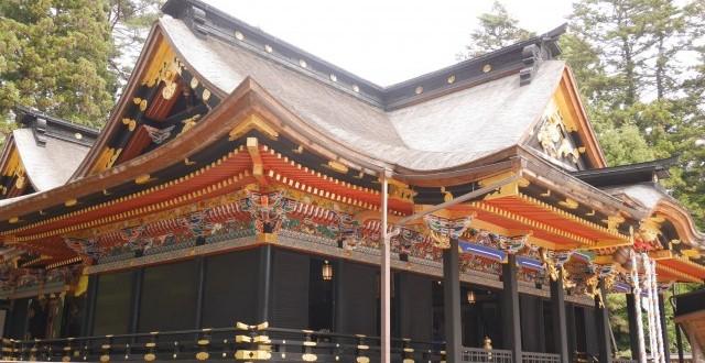 鮮やかな胡粉極彩色の組物や彫刻物、下は総黒漆塗りの桃山建築