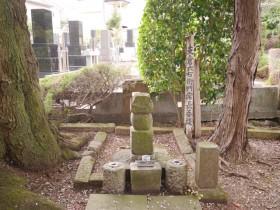 五輪塔と呼ばれる常長の墓石。下の石から地(地輪)・水(水輪)・火(火輪)と刻まれている文字が見える。その上につく「空輪」「風輪」の石は見当たらない