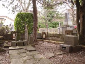 慶長遺欧使節としてヨーロッパを訪れた支倉常長の墓(左)と、案内人ルイス・ソテロの記念碑(右)が同じ敷地に立っている