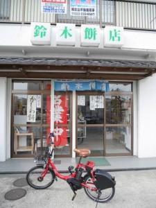 店の中から訴える「営業中」の赤い旗