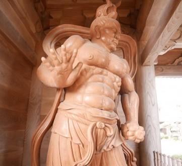 山門の左右では大きな仁王が守っている。その姿は迫力満点!