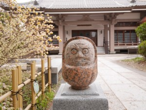 本堂の前では小さな石の達磨が迎えてくれる。愛嬌がありかわいい