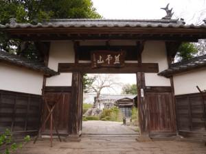大きな山門をくぐり奥の本堂をめざす