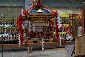 渡御の始まりを待つえびす神社の御神輿