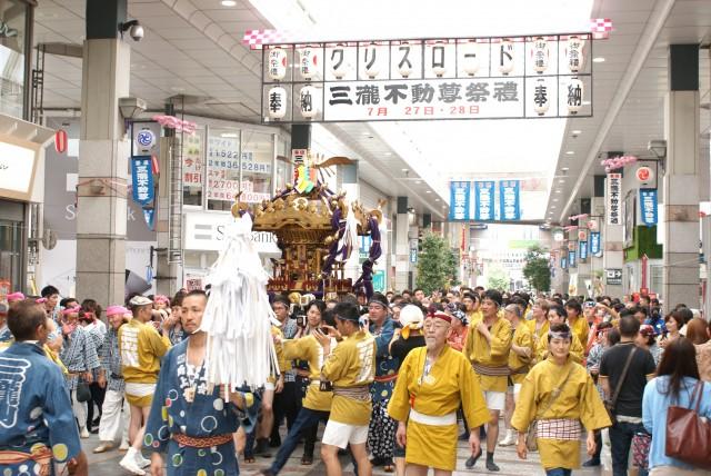 そして本神輿の登場!アーケードの中を練り歩く神輿の姿は勇壮そのもの