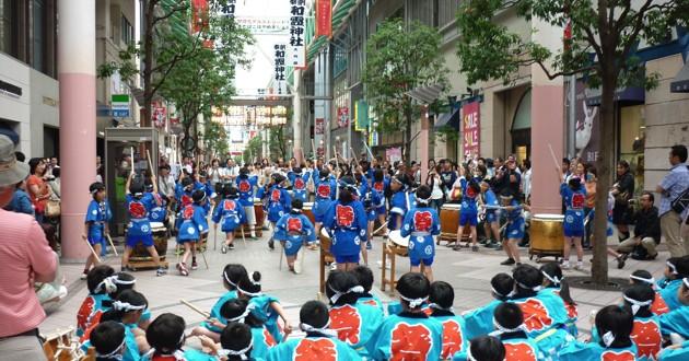 宵まつりの午後1時から始まる東二番丁小学校の生徒さんによる和太鼓演奏