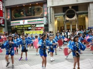 ウルスラ英智学院小学校の生徒さんによるすずめ踊りの披露。アーケードには子どもたちの熱意があふれる