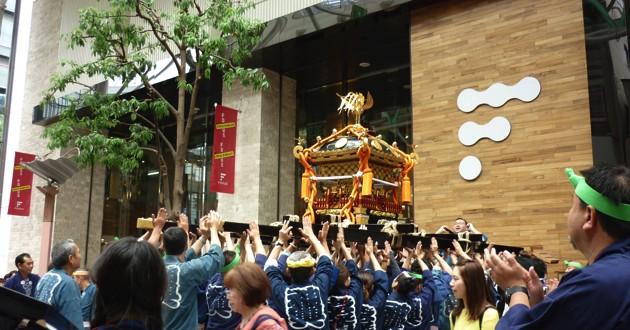 """フォーラス前では屋上の神社に敬意を表し神輿を高々と持ち上げ""""差し""""を行う"""