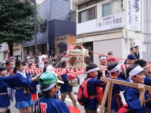 子どもたちの樽神輿が威勢良く渡御する