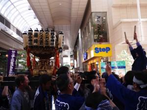 野中神社に向かって御輿を持ち上げる