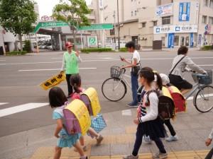 朝7時過ぎから登校が終わる8時過ぎまで、毎日欠かさずに通学路に立ち子どもを見守っている郷古さん。みんな「おはようございます!」の挨拶をしながら通り過ぎて行く