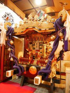 重量感あふれる三瀧山不動尊の御神輿。普段は2階本堂前の右横に鎮座している