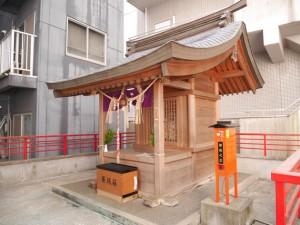 ビルに囲まれた拝殿。縁結びの神様として崇拝され全国から多くの人が足を運ぶ