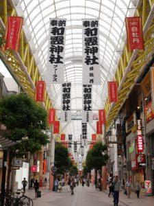 和霊神社ののぼりがお祭りムードを盛り上げている7月のぶらんどーむ一番町