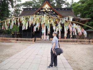 色鮮やかな祈願短冊が風に揺れる御社殿前