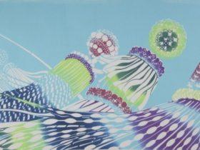 テーマは「杜の都に咲く夏の華―吹き流し」。繊細な型染めの風合いが活かされている手ぬぐいは、950×385mmと使い勝手の良い大判サイズ。吹流しの美しさが見事に描かれている