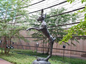 立ち止まって見上げてしまう、バリー・フラナガン作「野兎と鉄兎」