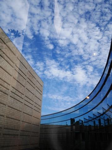 佐藤忠良記念館の中から見えた美術館を覆う鱗雲