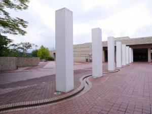 「マアヤン」の脇の水路は美術館入口へと誘ってくれる