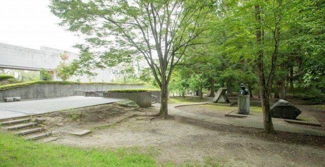 緑あふれる館庭には、像や碑、レリーフなど歴史にふれられるポイントが点在している