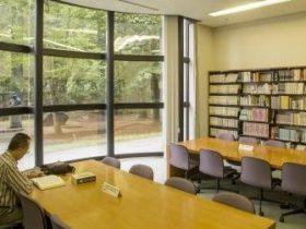 撮影場所:1F情報資料センター 収蔵資料や仙台についての検索ができたり、約4,000冊の図書が閲覧可能。この部屋からは、館庭を眺めながら仙台の歴史に思いを馳せることができる。左奥/小室達作「伊達政宗胸像」